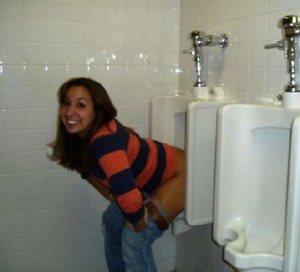 chicas-locuras-urinarios-20